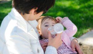 Кормление ребенка из бутылочки на прогулке
